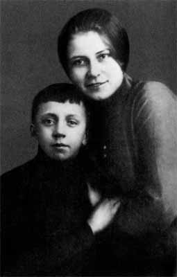 Александра Есенина с сыном поэта Юрием Изрядовым
